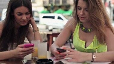 カフェでのスマート フォンのガール フレンド — ストックビデオ