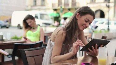 Mujer con tablet pc — Vídeo de stock