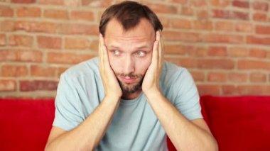 Mann mit kopfschmerzen — Stockvideo