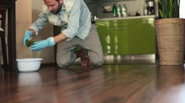 Man cleaning wooden floor — Vídeo de stock