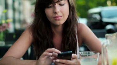 Kobieta wpisując na smartphone — Wideo stockowe