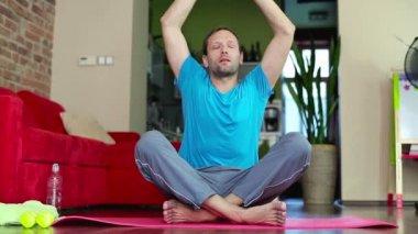 Hombre haciendo ejercicio de yoga — Vídeo de Stock