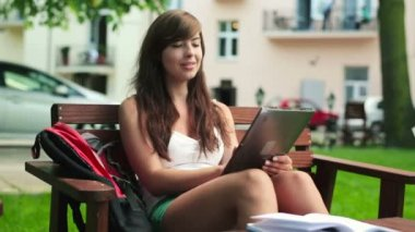 Student s tabletovým počítačem — Stock video
