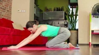 Mujer joven haciendo ejercicio — Vídeo de Stock