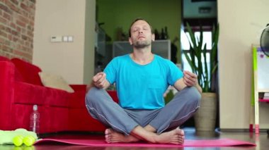 Man gör yoga övning — Stockvideo