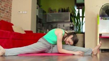 Young woman exercising — Vídeo de stock