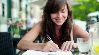 Estudiante haciendo los deberes — Vídeo de stock