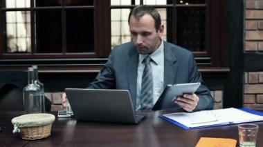 Affärsman som arbetar på tablet pc — Stockvideo
