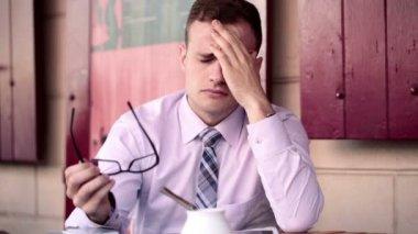 Trött affärsman med huvudvärk — Stockvideo
