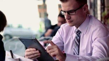 επιχειρηματίας που εργάζεται στον υπολογιστή tablet — Αρχείο Βίντεο