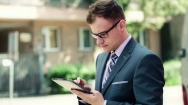 Empresário trabalhando no computador tablet — Vídeo Stock