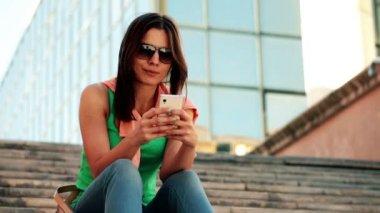 Mujer enviar sms, mensajes de texto en smartphone — Vidéo
