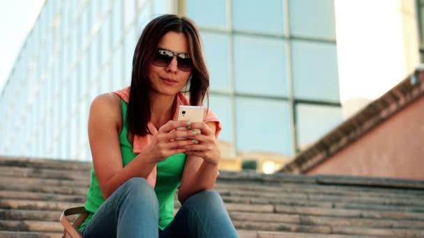 Mujer enviar sms, mensajes de texto en smartphone — Vídeo de stock