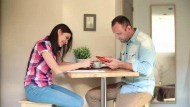 Par med tablett och smartphone — Stockvideo