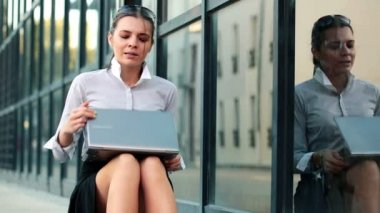 Businesswoman with laptop — Stock Video