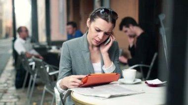 Empresaria con teléfono móvil — Vídeo de stock