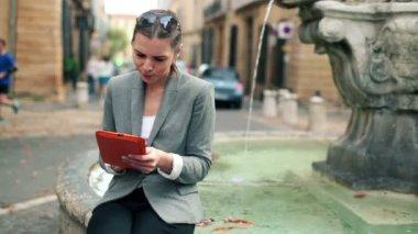 женщина с планшетного компьютера — Стоковое видео