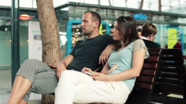 Couple talking and relaxing on bench — Stock Video