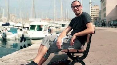 Happy man sitting on bench — Vídeo de Stock
