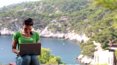 Woman with laptop in nature scenery — Stock Video