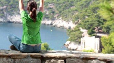 Doğada meditasyon kadın — Stok video