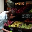 Woman buying fruit in greengrocer — Stock Video