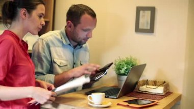 Young couple paying bills online — Stock Video
