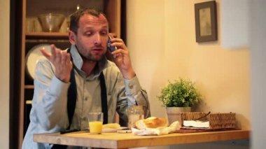 Homme d'affaires en colère parler sur téléphone portable — Vidéo