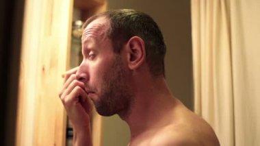 Gut aussehender Mann anwenden concealer — Stockvideo