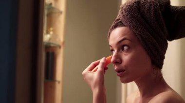 Woman applying concealer on her eyelid — Stock Video