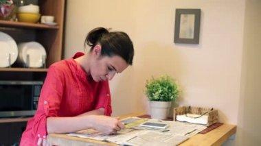üzgün kadın iş gazete için arıyorsunuz — Stok video