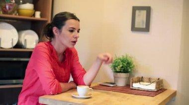 Zamyślony kobieta pije kawę — Wideo stockowe