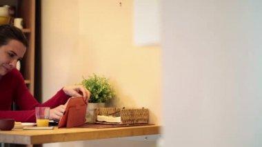 Femme avec tablet pc pendant le petit déjeuner — Vidéo
