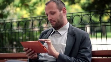 Businessman using tablet computer — Stock Video