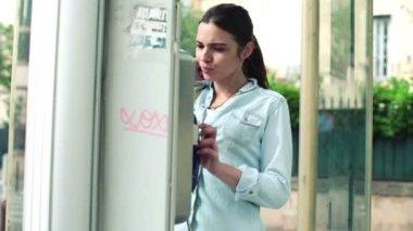 Femme inquiète appelez dans la cabine téléphonique — Vidéo