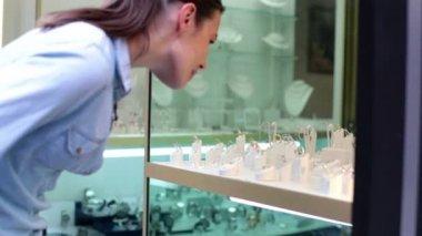Woman looking at jewellery on shopwindow — Stock Video