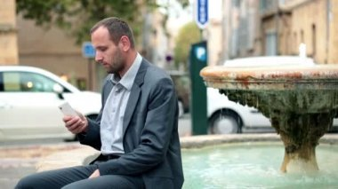 Businessman texting on smartphone — Stockvideo