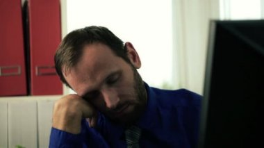 Sömnig affärsman med nap — Stockvideo