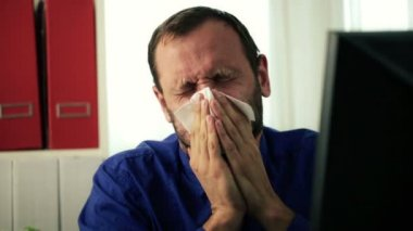 Sick businessman blowing his nose — Stock Video