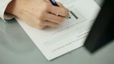 Empresaria manos escribir notas — Vídeo de Stock