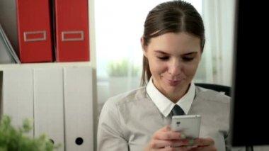деловая женщина texting на смартфоне — Стоковое видео