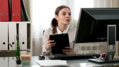 Businesswoman working with tablet computer — Stock Video