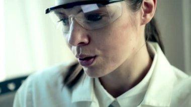 Female scientist working in laboratory — Stock Video