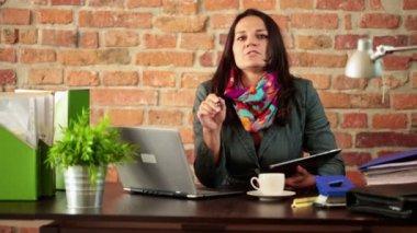 Creative businesswoman talking to camera — Stock Video