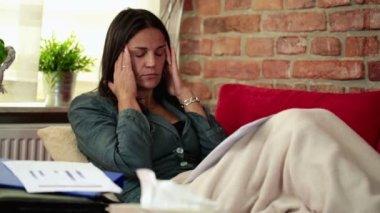 Sjuk kvinna på soffa blåser näsan — Stockvideo