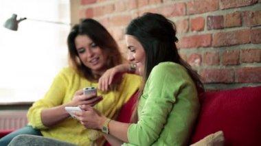 Fidanzate con smartphone sul divano — Video Stock