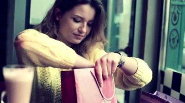 女性のカフェで新しい服をチェック — ストックビデオ