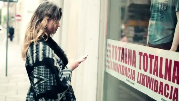 Belle femme regardant vitrine — Vidéo