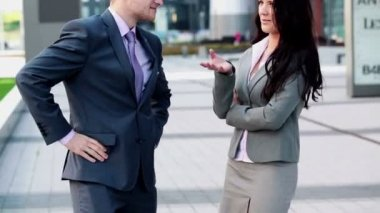 Businesswoman and businessman chatting — Stock Video