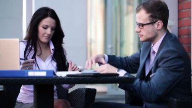 Zakenvrouw en zakenman werken met documenten — Stockvideo